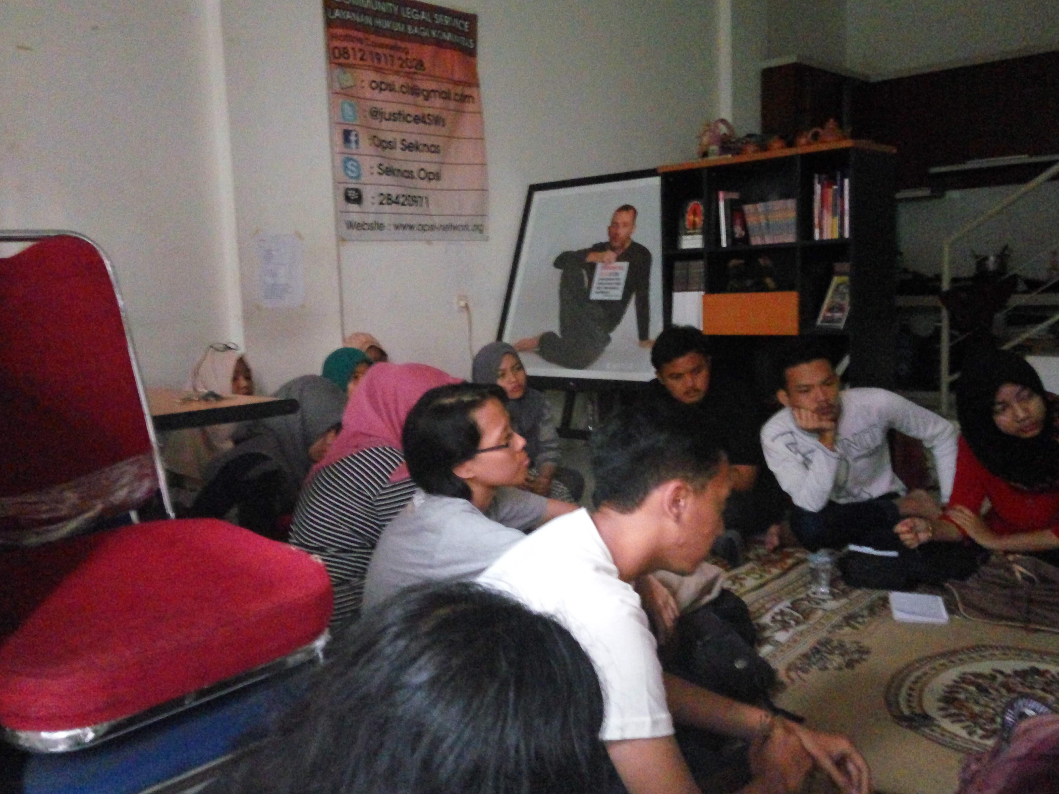Peserta berkunjung ke OPSI. Mempelajari mengenai aspek-aspek hak asasi manusia dalam kehidupan pekerja seks.