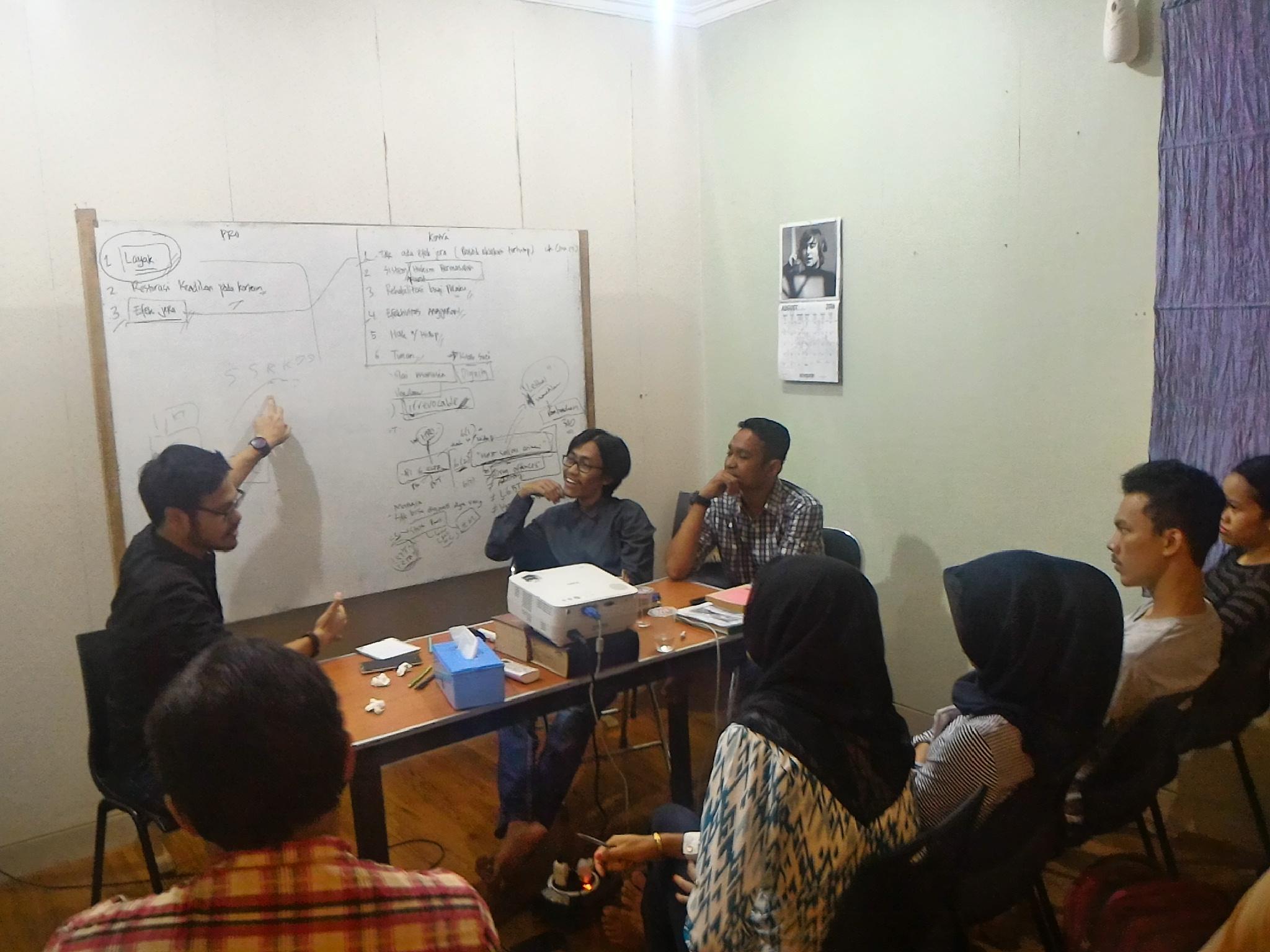 Dimoderatori Dominggus Christian Polhaupessy, peserta mendapat materi dari Raynov Gultom dan Muhammad Afif mengenai pendampingan terpidana mati di Indonesia.