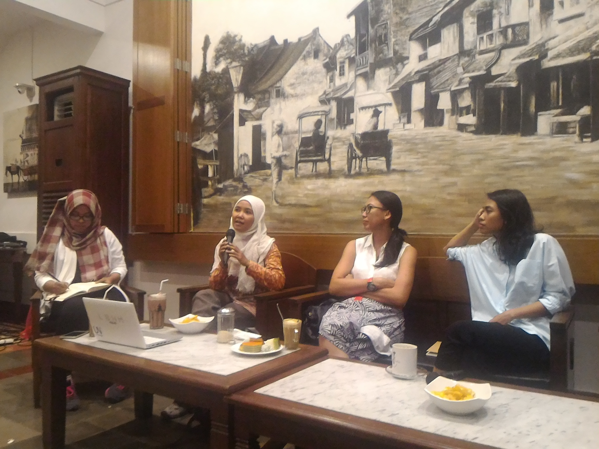 Naila Rizqi menjadi moderator penutupan LIGHTS 2016 yang menghadirkan 3 perempuan tangguh sebagai pembicara: Siti Aminah, Tunggal Pawestri, Prodita Sabarani